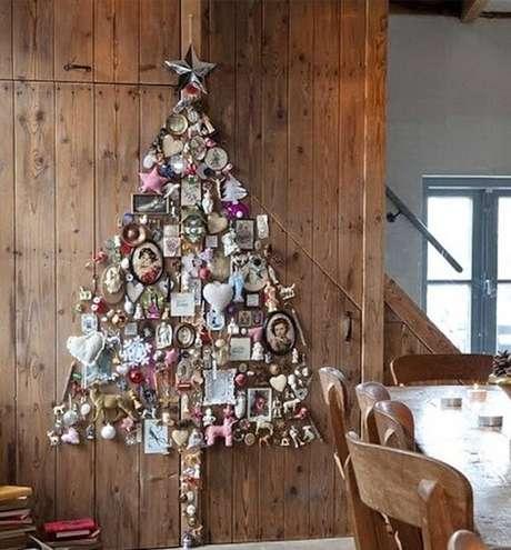 42. Árvore de natal na parede de madeira feita com enfeites diferentes – Via: Pinterest