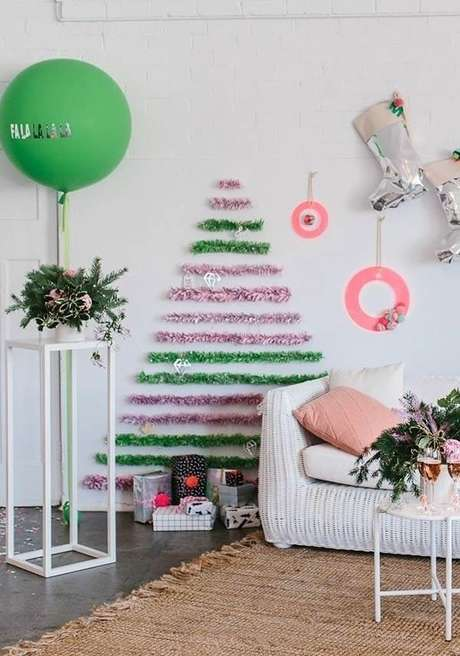 43. Árvore de natal na parede verde e rosa – Via: Pinterest