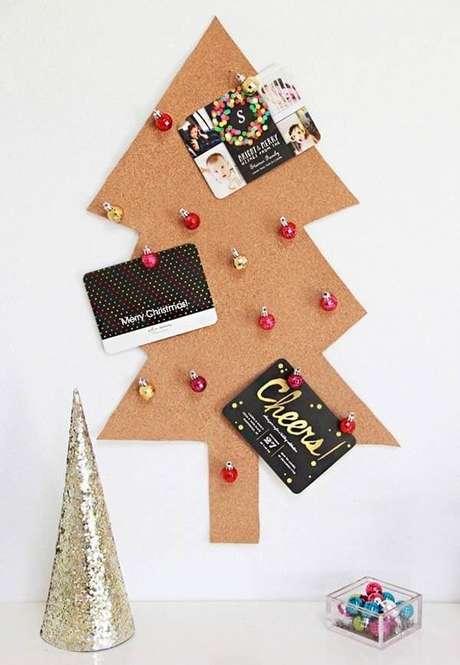 44. Árvore de natal diferente feita com cortiça – Via: Pinterest