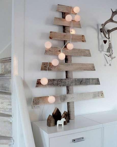 46. Árvore de natal diferente com ripas de madeira – Via: Pinterest