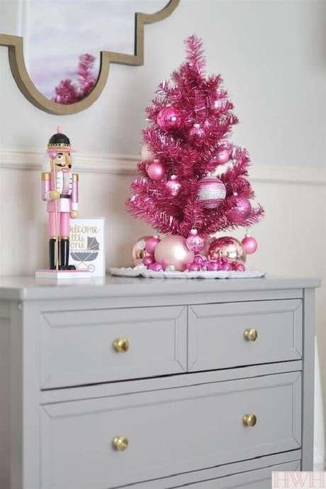 48. Árvore de natal pequena cor de rosa na decoração – Via: Homey we're home