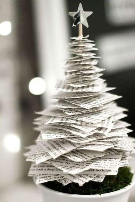 49. Árvore de natal diferente feita com folhas de livro – Via: Pinterest