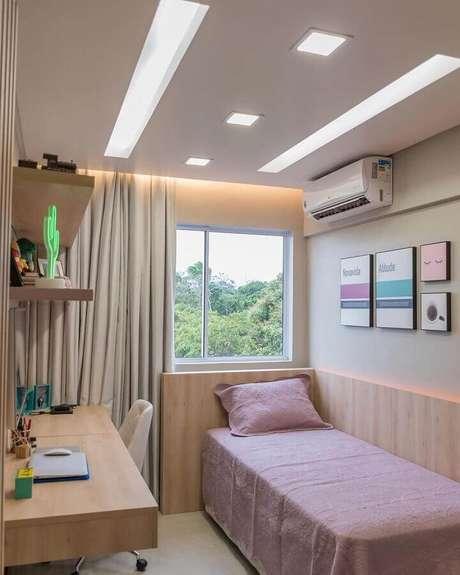 1. Cabeceira de madeira planejada com iluminação de LED para decoração de quarto de solteiro pequeno – Foto: Archidea