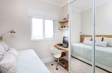 6. Decoração clean para quarto de solteiro pequeno todo branco com guarda roupa espelhado – Foto: Renata Cafaro