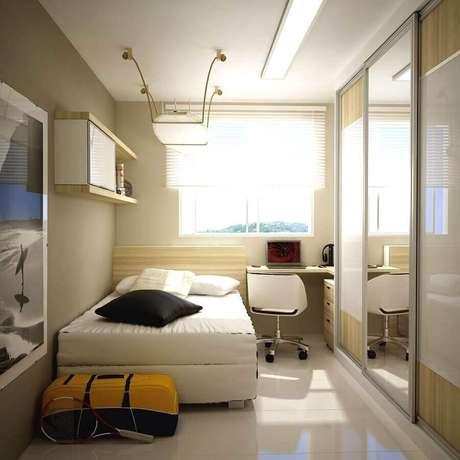 20. Decoração simples para quarto de solteiro pequeno planejado com bancada de estudo e guarda roupa com espelho na porta – Foto: Decostore