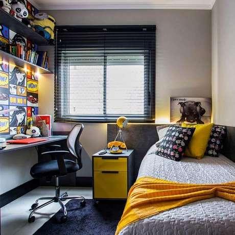 21. Decoração jovem com adesivo de parede divertido para quarto de solteiro pequeno planejado – Foto: Arte Decore