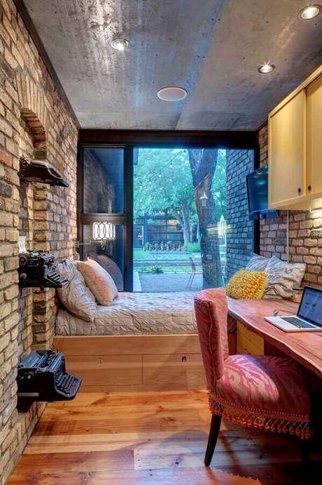 24. Decoração rústica para quarto de solteiro pequeno com parede de tijolinho à vista – Foto: Decoist