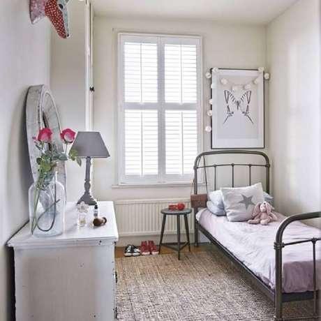 25. Cama de ferro para decoração de quarto de solteiro feminino pequeno simples – Foto: Ideal Home
