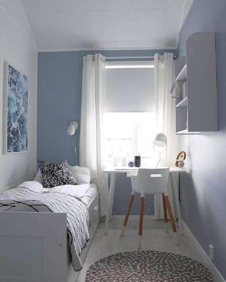 26. Decoração em azul e branco para quarto de solteiro masculino pequeno simples – Foto: Arkpad