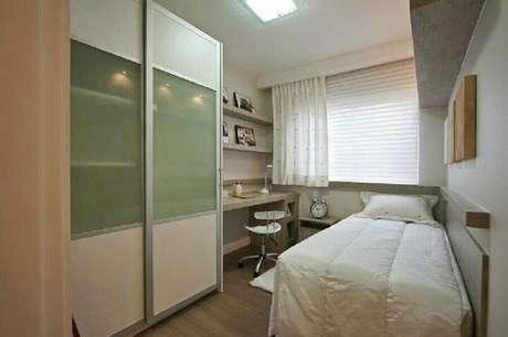 27. Móveis para quarto de solteiro pequeno planejado em tons de bege – Foto: BeloArte Planejados