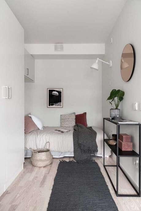 28. Decoração clean para quarto de solteiro pequeno planejado todo branco – Foto: Houzz