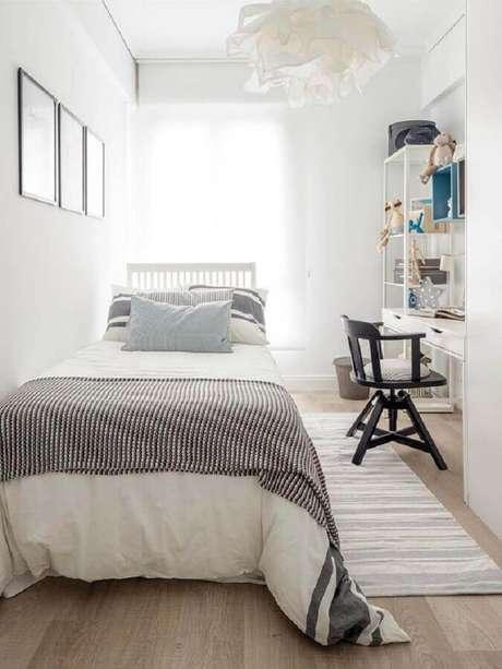 29. Decoração simples para quarto pequeno de solteiro todo branco – Foto: Editions de l'Arkhan