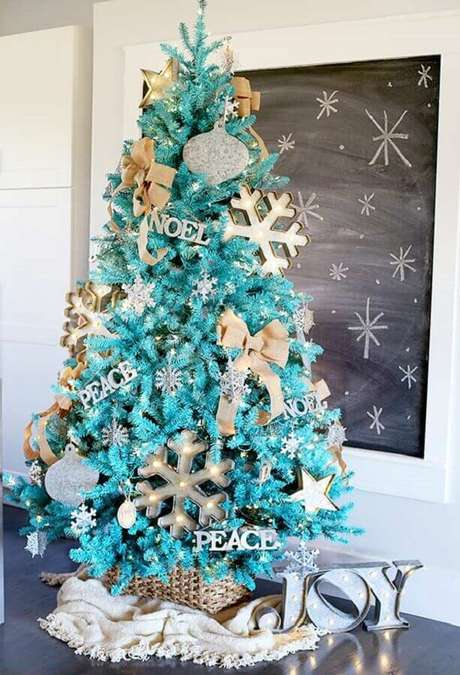 11. Árvore de natal diferente azul e dourada – Via: The interior Designer