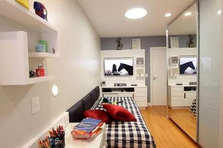 30. Guarda roupa espelhado para decoração de quarto pequeno de solteiro – Foto: Lorrayne Zucolotto