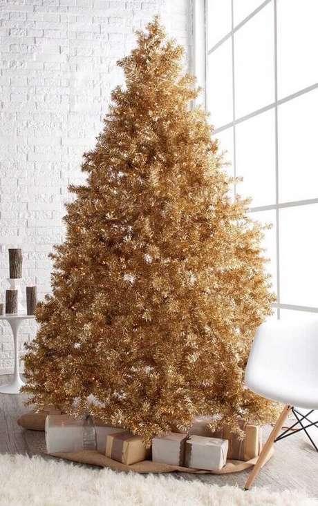 56. Modelo de árvore de natal diferente e dourada – Via: Pinterest