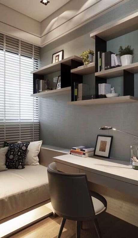33. Outra dica legal de como decorar um quarto pequeno de solteiro é investir em nichos e prateleiras – Foto: Archidea
