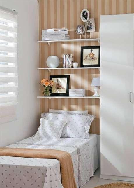 8. O papel de parede listrado também ajuda na sensação de amplitude visual do quarto pequeno de solteiro – Foto: Pinterest