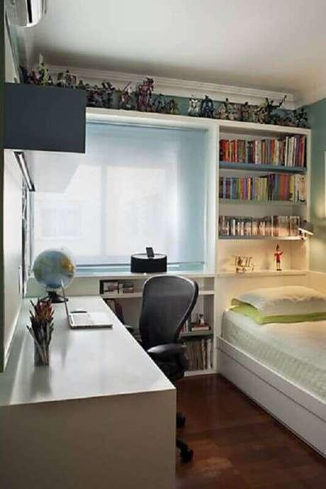 36. Decoração de quarto de solteiro pequeno planejado com prateleiras para livros – Foto: Jeito de Casa