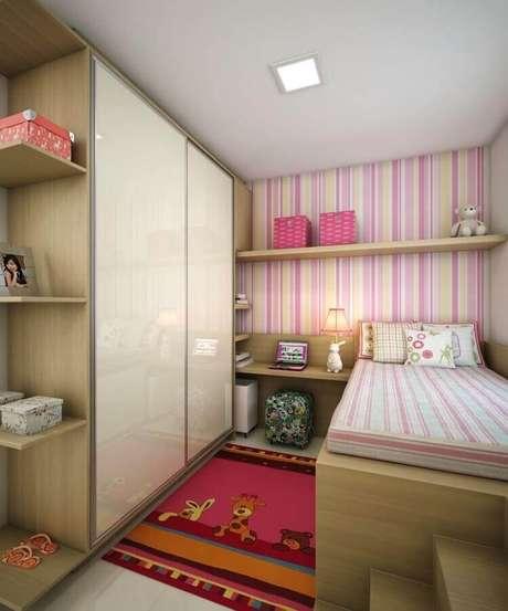 37. Papel de parede listrado rosa e amarelo para decoração de quarto de solteiro feminino pequeno simples – Foto: Móveis & Decorações