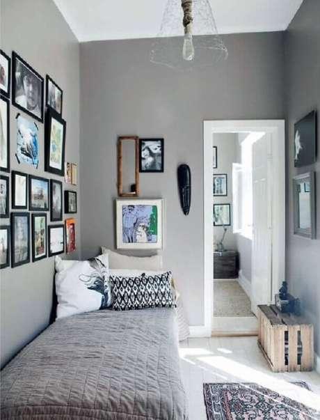 41. Quadros de parede para decoração de quarto de solteiro pequeno e simples – Foto: We Heart It
