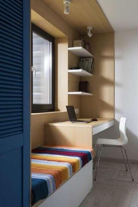 42. Bancada de estudos para quarto de solteiro pequeno planejado – Foto: MdeMulher
