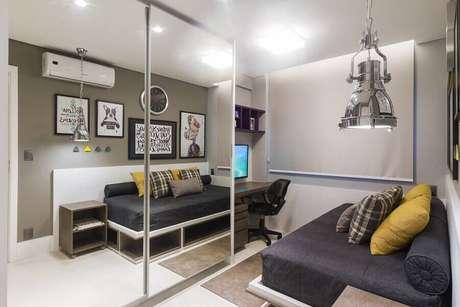 44. Decoração de quarto de solteiro pequeno planejado com guarda roupa espelhado – Foto: Pinterest