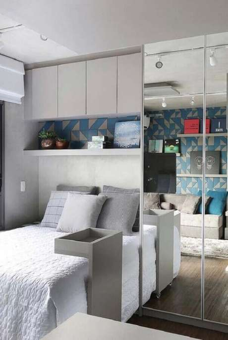 43. Guarda roupa espelhado para decoração de quarto de solteiro pequeno planejado – Foto: Viajando no Apê