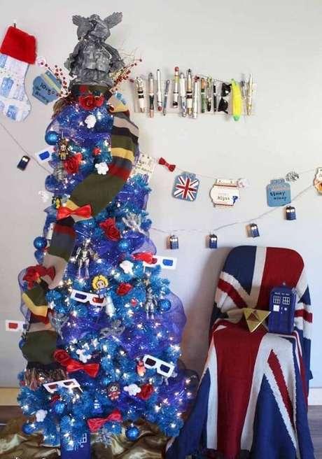 59. Árvore de natal diferente e azul com temas de filmes – Via: Pinterest