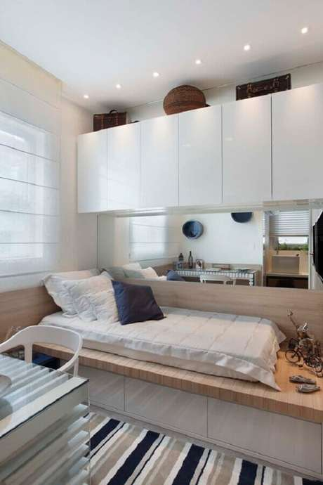 51. Tapete listrado para decoração de quarto de solteiro pequeno planejado todo branco – Foto: Pinterest