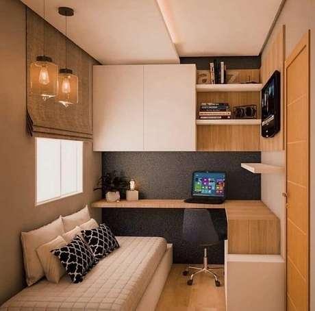 52. Tons de bege para decoração de quarto de solteiro pequeno planejado com bancada de madeira – Foto: Pinterest