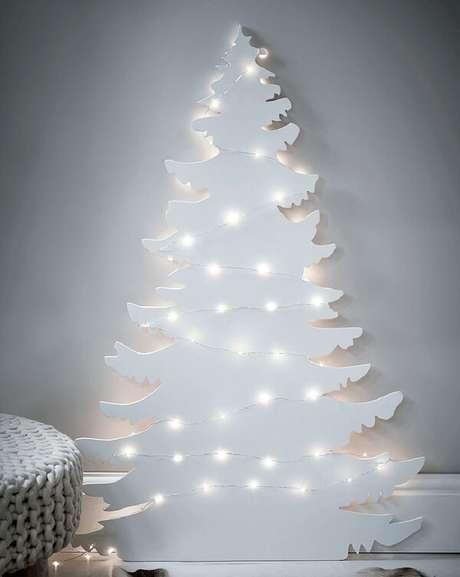 61. Árvore de natal diferente branca com luzes – Via: White modern Christmas Tree