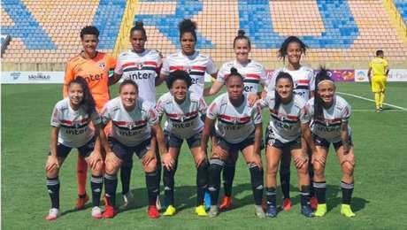 Time feminino do São Paulo na foto de equipe antes de aplicar 29 a 0 no Taboão da Serra