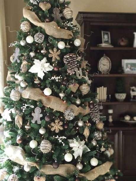 16- As pinhas secas são enfeites tradicionais no pinheiro de natal. Fonte: kristine in between
