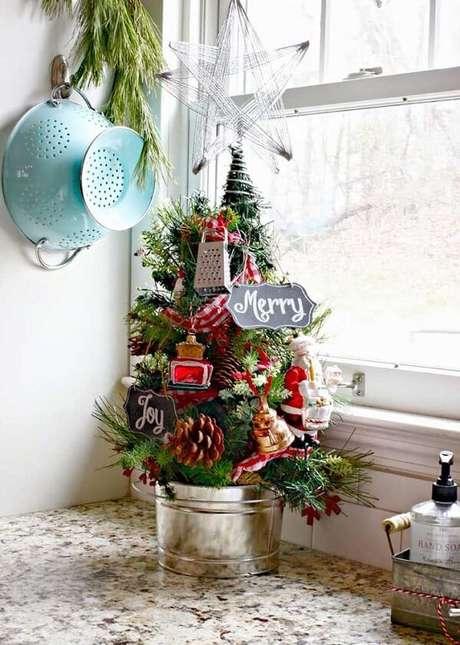 7- A cozinha ganhou um mini pinheiro de natal com utensílios domésticos. Fonte: Pinterest
