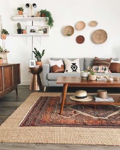 4. A madeira predomina nesse espaço, visto que tanto o rack como a mesa de centro retrô são feitos desse material. Fonte: Dicas de Mulher