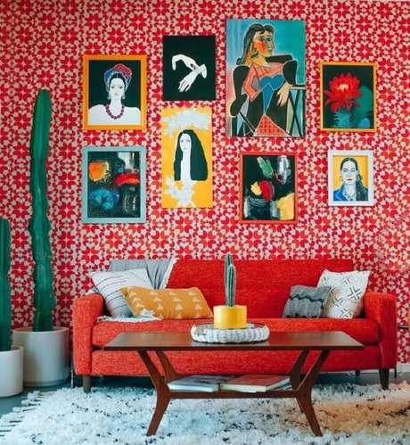 15. A mesa de centro estilo retrô em madeira traz um contraste interessante para esse cômodo. Fonte: Pinterest
