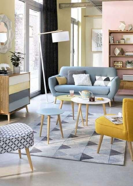 10. A mesa de centro retrô amarela, azul e branca se destacam na sala. Fonte: Futurista Archtecture
