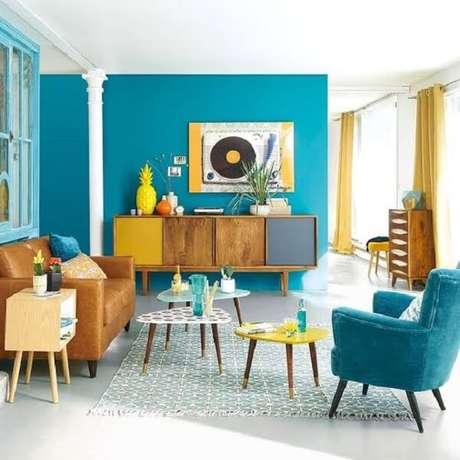 27. A mesa de centro retrô amarela, branca e azul possuem diferentes tamanhos. Fonte: Pinterest