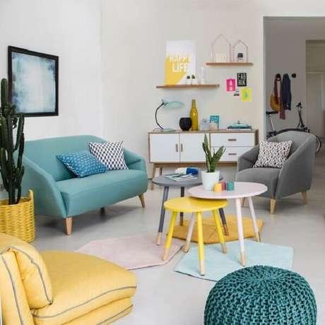 6. A mesa de centro retrô amarela, branca e cinza conversam com os demais móveis do ambiente. Fonte: La redoute Portugal