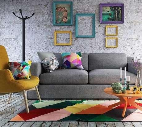 32. A mesa de centro retrô amarela serve de apoio para diversos itens decorativos. Fonte: Rendervix