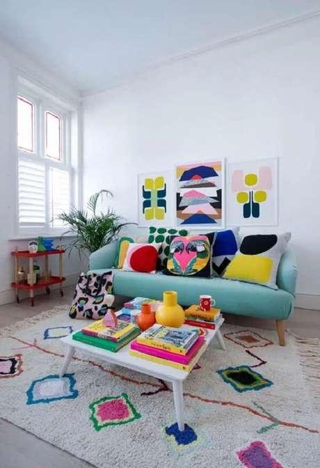 5. A mesa de centro retrô branca traz neutralidade para a sala colorida. Fonte: Pinterest