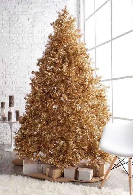56- A sala branca clean ganhou um pinheiro de natal dourado majestoso. Fonte: Pinterest