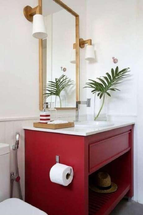 10. Decoração de banheiro vermelho e branco com arandela de espelho – Foto: Apartment Therapy
