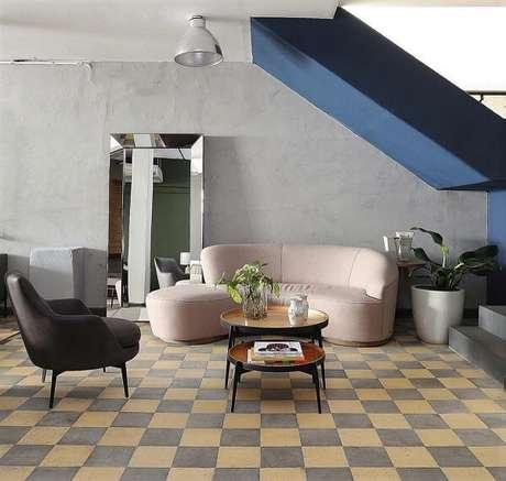 34. Assim como a mesa de centro o chão quadriculado também é um clássico do retrô. Fonte: Mariana Orsi