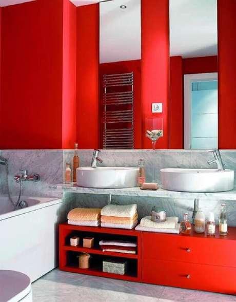 11. O revestimento de mármore deu um toque sofisticado para decoração de banheiro vermelho – Foto: Pinterest