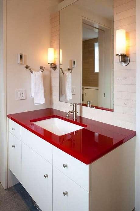 13. Bancada vermelha para decoração de banheiro branco – Foto: Houzz