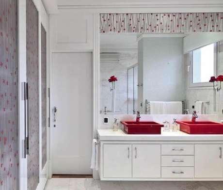 14. Banheiro branco decorado com cuba para banheiro vermelha – Foto: Archilovers