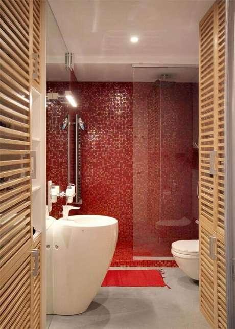 16. Decoração moderna para banheiro com pastilha vermelha – Foto: Behance