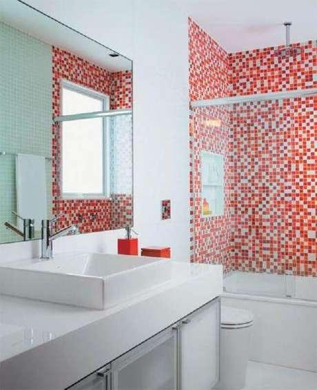 3. Para o banheiro pequeno prefira usar o revestimento para banheiro vermelho em apenas uma área do espaço – Foto: Últimas Decoração