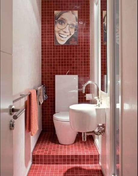 17. Decoração simples para banheiro pequeno vermelho e branco – Foto: Decoratrix